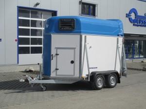 Pferdeanhänger DERBY L mit blauer Polyhaube und Sattelkammer