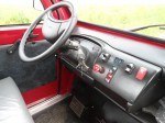Melex Typ XTR 860 Fahrerarmaturen und geschlossene Kabinentüren.
